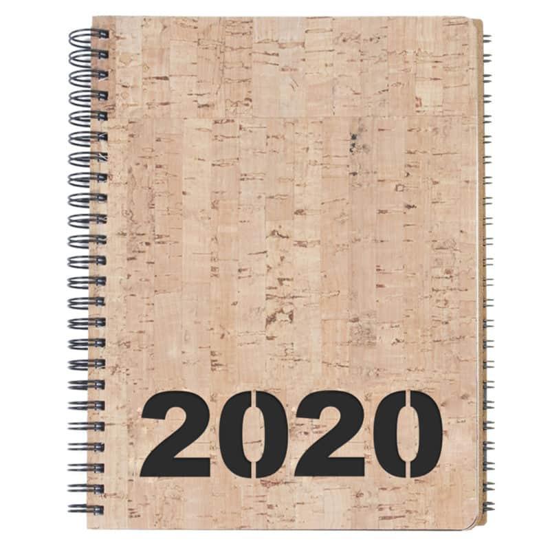 Korkkikantinen kalenteri vuodelle 2020, mustalla kartongilla.