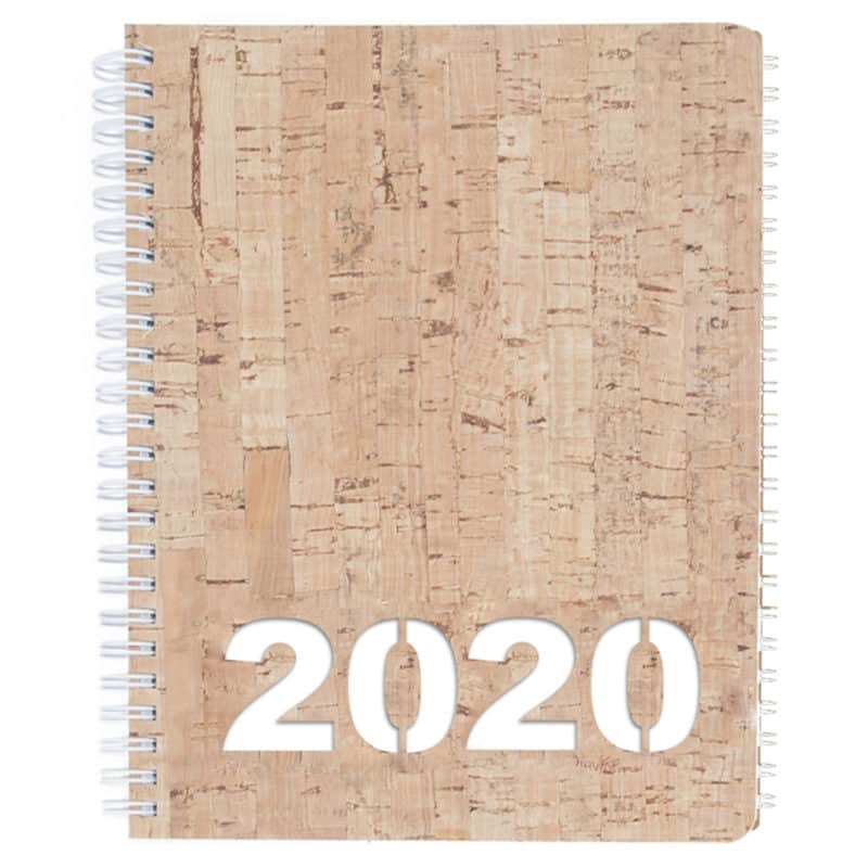 Korkkikantinen kalenteri vuodelle 2020, valkoisella taustakartongilla.