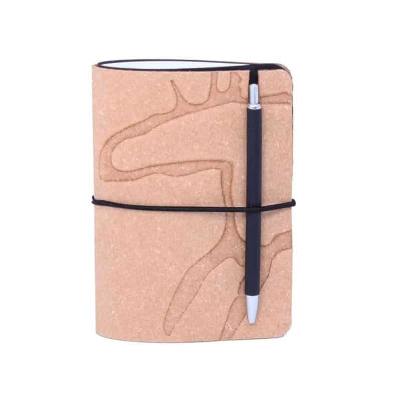 Ruskea uusionahkainen Pocket -vihko jossa preeglattuna Design Pylsyn Hirvi-kuvio.