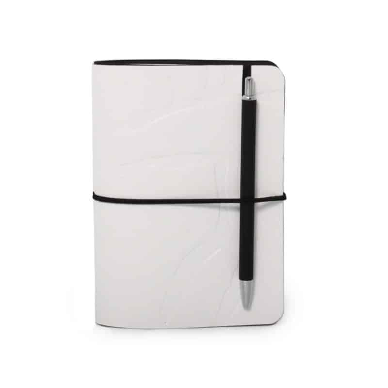 Valkoinen uusionahkainen Pocket -vihko jossa preeglattuna Design Pylsyn Hirvi-kuvio.