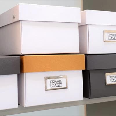 Uusiopahvista valmistetut kenkälaatikot.