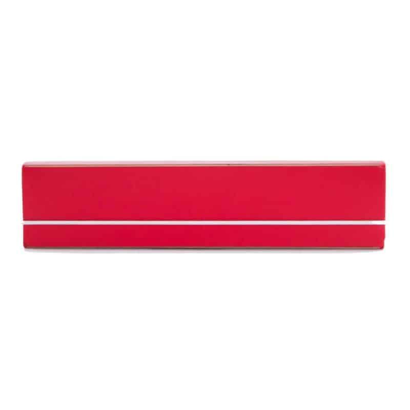 Punainen uusionahkainen kynäkotelo.