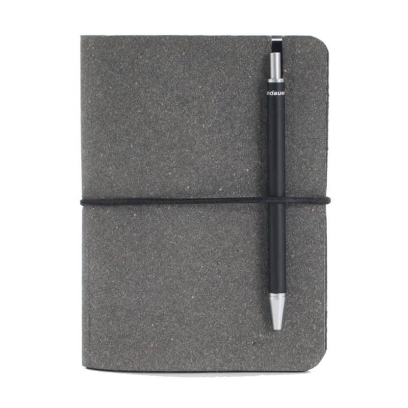 Harmaa uusionahkainen Pocket -muistivihko kynällä.