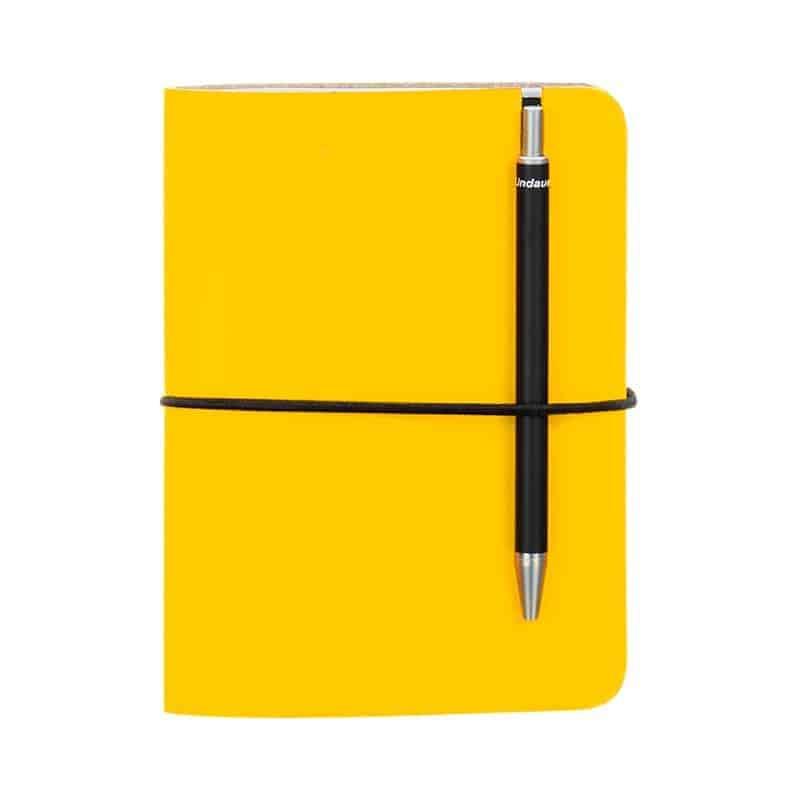 Keltainen uusionahkainen Pocket -muistivihko kynällä.
