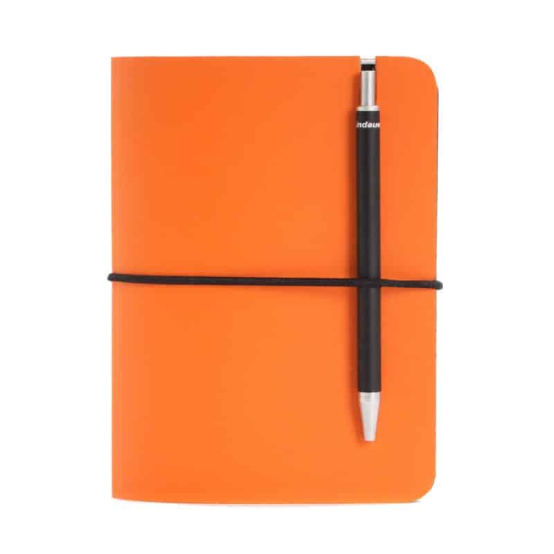 Oranssi uusionahkainen Pocket -muistivihko kynällä.
