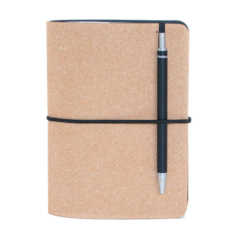 Ruskea uusionahkainen Pocket -muistivihko kynällä.