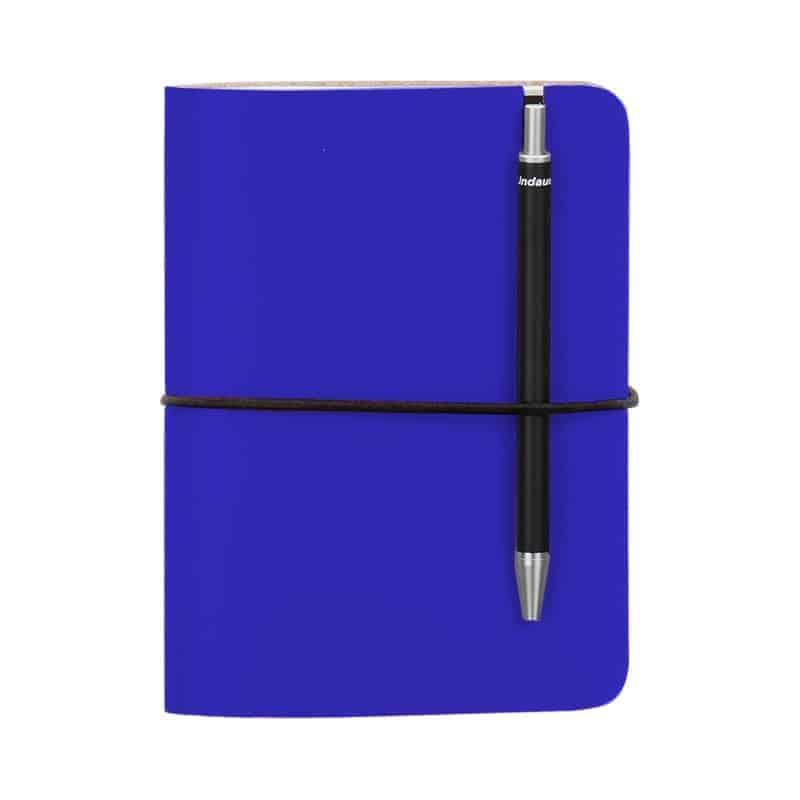 Sininen uusionahkainen Pocket -muistivihko kynällä.