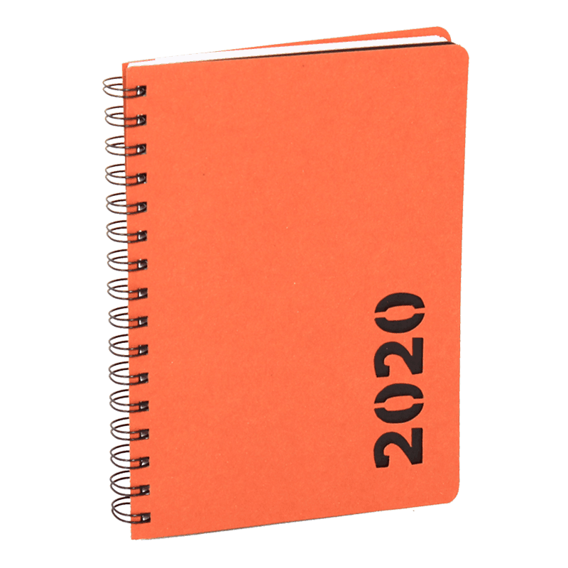 Oranssi uusiopahvikalenteri, jossa stanssattu vuosiluku 2020.