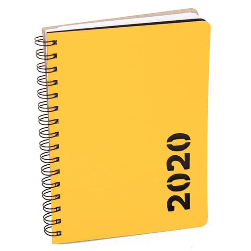 Keltainen uusionahkakantinen kalenteri vuosilukustanssauksella.