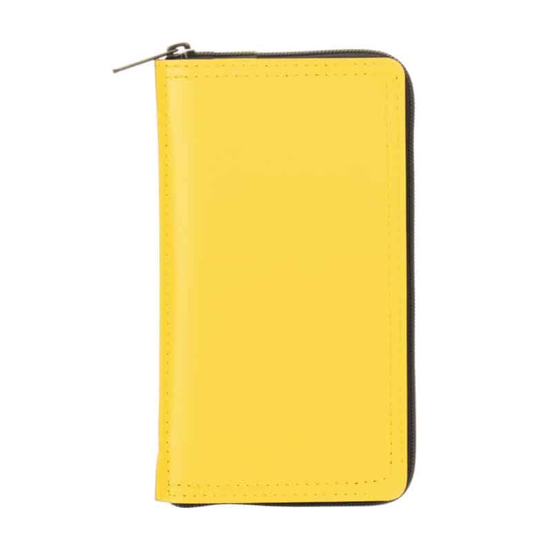 Keltainen uusionahkakotelo taskukalenterille.