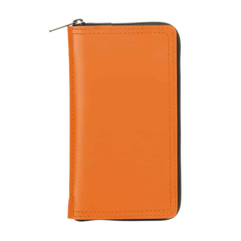 Oranssi uusionahkakotelo taskukalenterille.